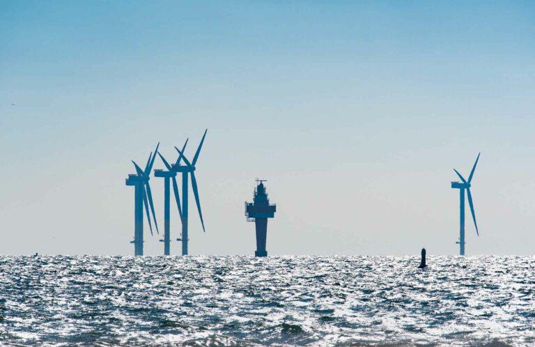 Zu sehen ist eine Windanlage im Meer - für den Kunden wurde die komplette Strukturierung und Klassifizierung der Anlagendokumentation durchgeführt