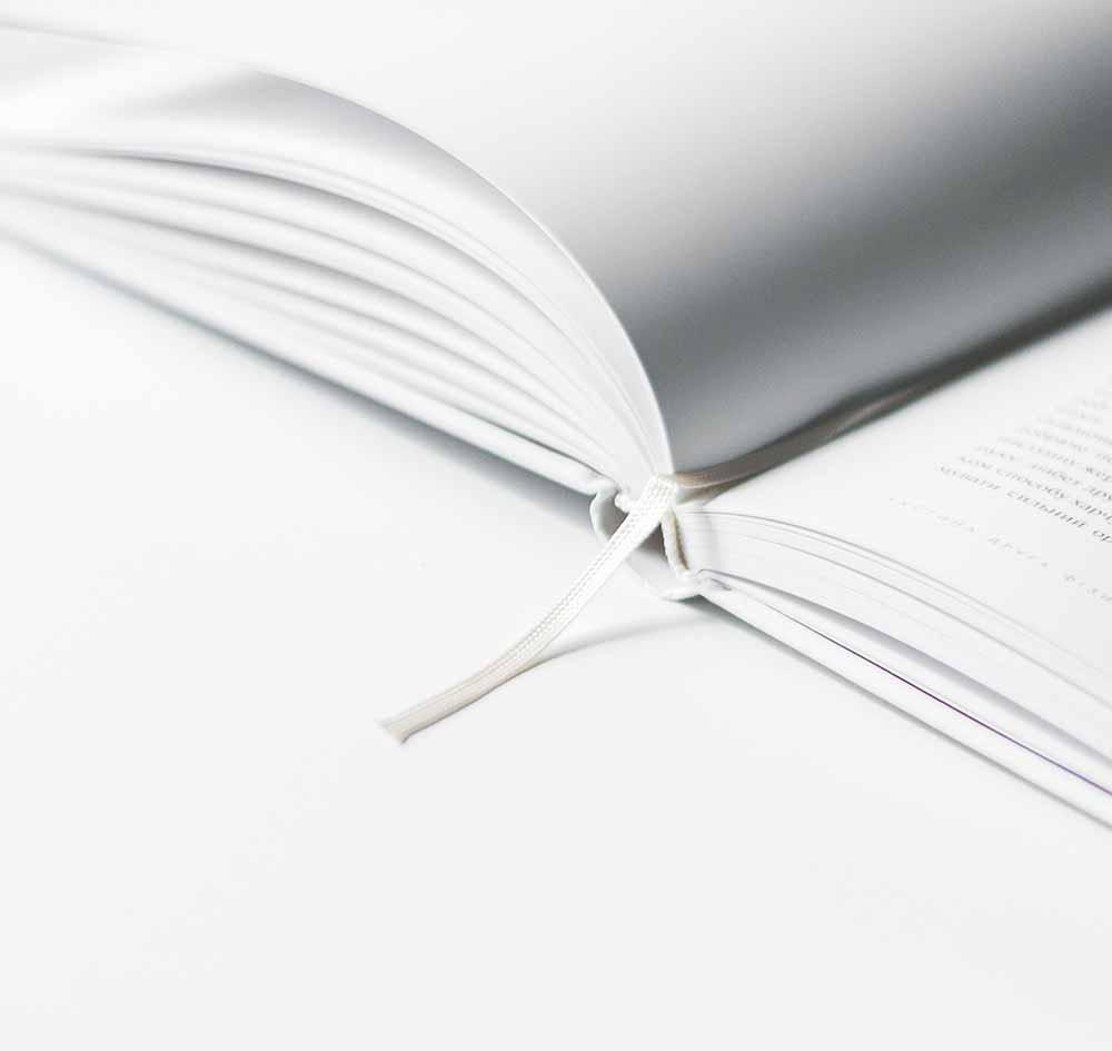 Zu sehen ist ein aufgeschlagenes Buch - Menger Engineering bietet umfassende Anlagendokumentation