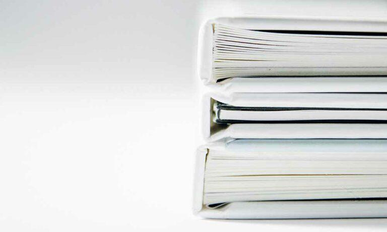 Zu sehen ist eine Stapel Ordner - Menger Engineering speichert alle Anlagenkennzeichen und Dokumente in der Analagendokumentation