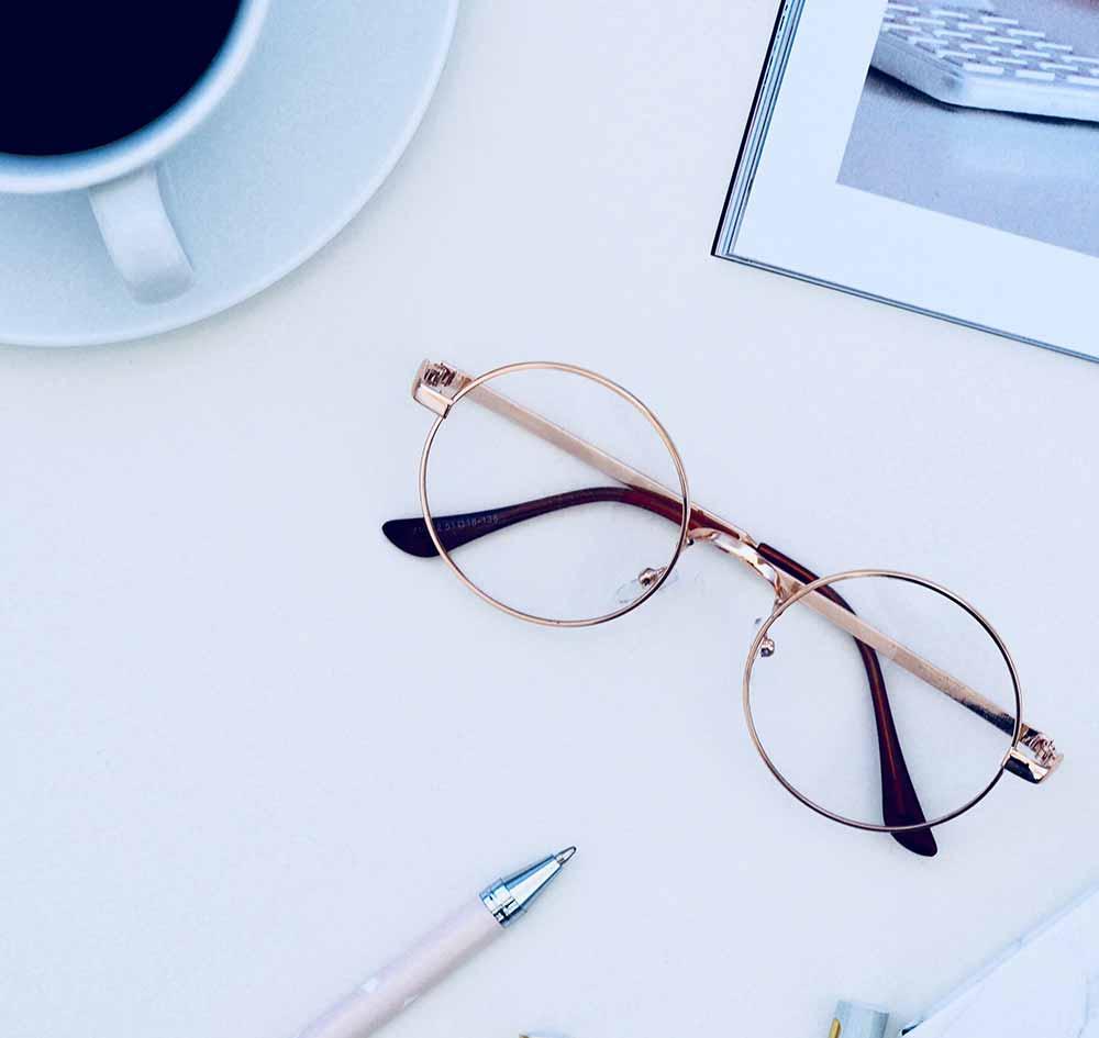 Zu sehen ist eine Brille auf einem Tisch - Behalten Sie den Durchblick bei den Vorteilen einer Anlagendokumentation von Menger Engineering