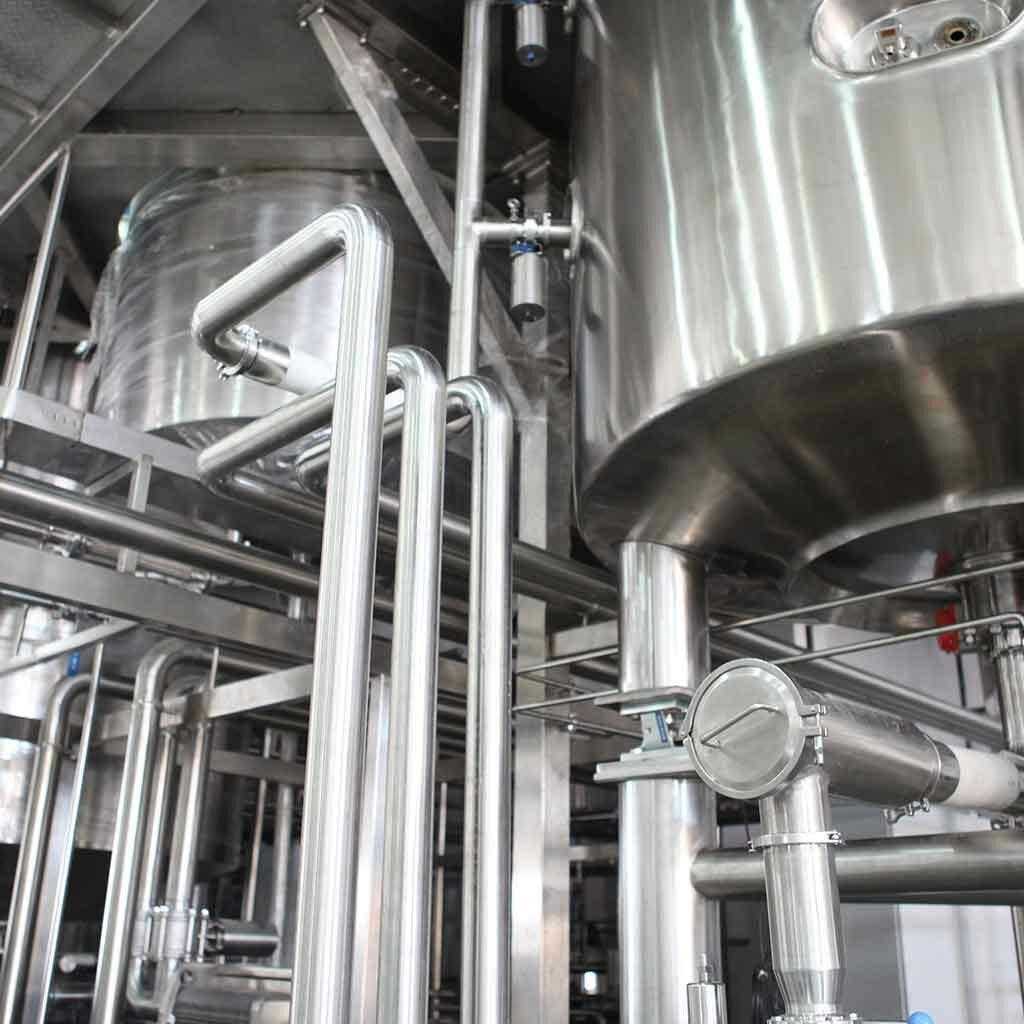 Zu sehen ist eine Industrieanlage mit vielen Rohren - Instandhaltung und Betreiberpflichten gehören zusammen